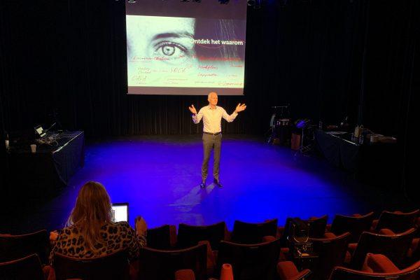 Jan Tjerk Boonstra voor een lege zaal op het ManualMaster Congres Kwaliteitsmanagement 2020