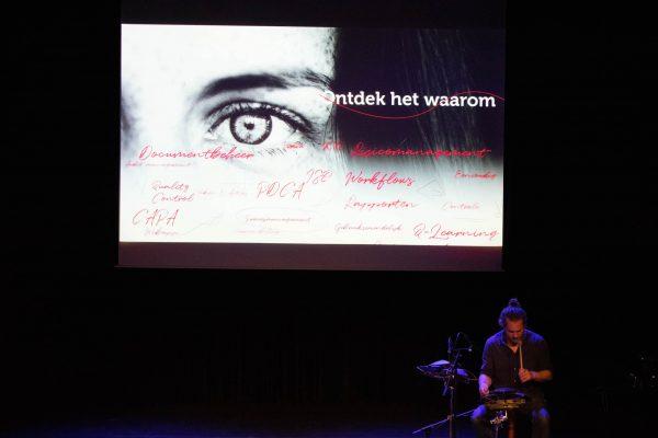 Gijs Anders van Straalen legt belang van ritme uit op het ManualMaster Congres Kwaliteitsmanagement 2020.